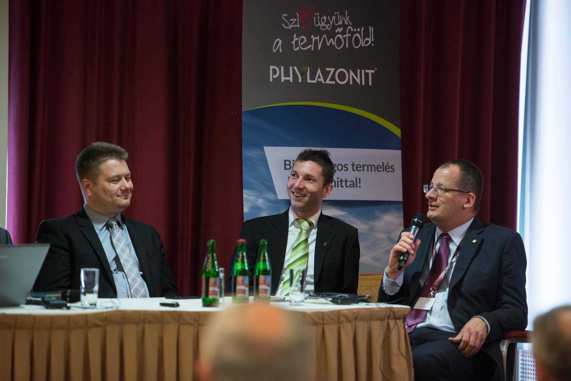 Vajda Péter (középen), az Agrova Kft. ügyvezetője ismételten felhívta a figyelmet a talajközpontú gazdálkodásra.
