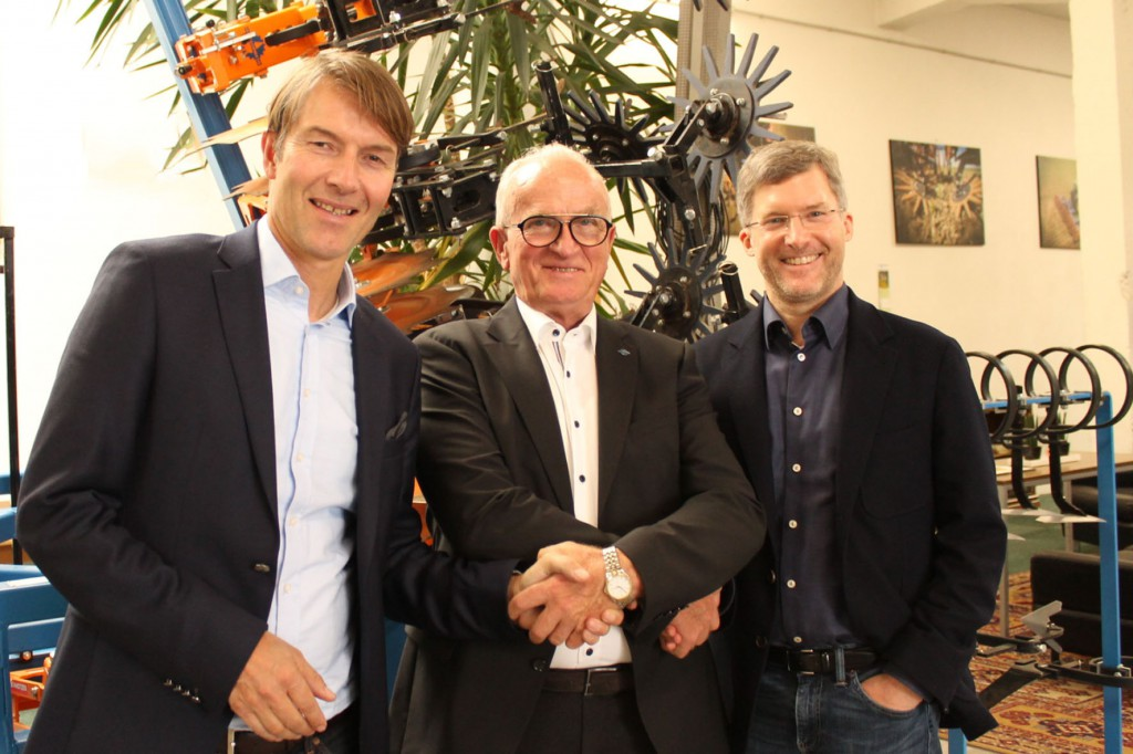 Az AMAZONEN-WERKE H. Dreyer GmbH & Co. KG ügyvezetői: Christian Dreyer (balra) és Dr. Justus Dreyer (jobbra)  A Maschinenfabrik Schmotzer GmbH ügyvezetője: Ferdinand Wahl (középen)