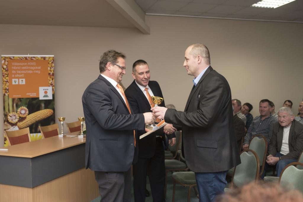 Pallós Mihály (ügyvezető, KWS) és Kónya Zsolt (Északnyugat-Dunántúl régióvezetője, KWS) átadják a díjat Kapeller Zoltánnak