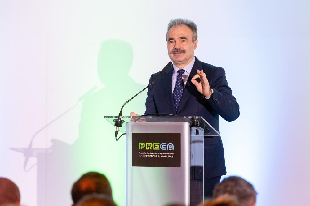 Dr. Nagy István beszámolt róla, hogy a kormány célja minél több állami adatbázis ingyenessé és elérhetővé tétele