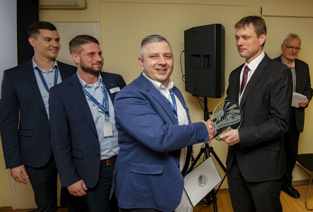 Csánk Péter (k), a BPW-Hungária Kft. értékesítési vezetője vette át Kerényi Györgytől, a GTE mezőgépipari szakosztályának elnökétől és Horváth Rolandtól, a Magyar Mezőgazdaság marketingvezetőjétől.