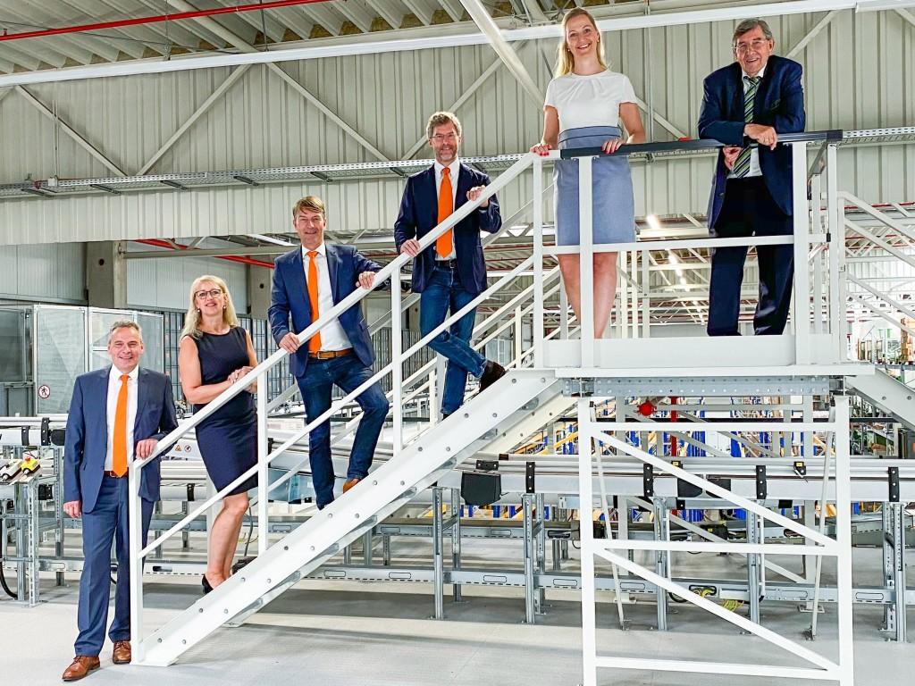 Az Amazone ügyvezetőit meggyőzte az új raktár- és logisztikai egység. Balró jobbra: Andreas Hemeyer (igazgatósági tag, értékesítés és after sales), Bettina Dreyer, Christian Dreyer és Dr. Justus Dreyer (Amazone ügyvezetők), Carolin Wiebusch-Rakonjac (az Amazone Global Parts Center vezetője), Klaus Dreyer (igazgatósági tag)